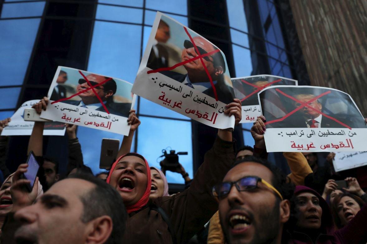 Msır'da göstericiler Cumhurbaşkanı Sisi ve Trump'ı eleştiren posterler dikkat çekti.