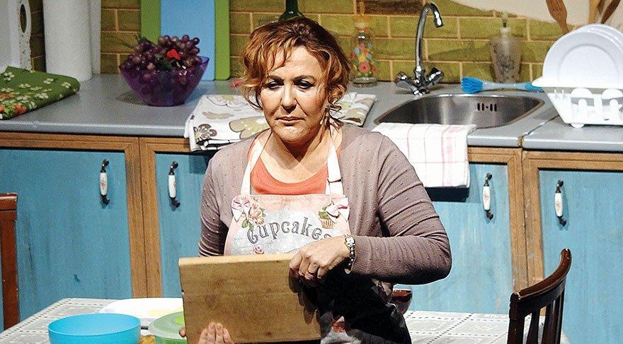 Shirley karakterini canlandıran Sumru Yavrucuk tek başına koca bir tiyatro ekibine bedel. Oyunda Sumru Yavrucuk sadece Shirley'i değil, aynı zamanda Shirley'in kocası, oğlu, kızı, dedikoducu komşusu, kıskanç arkadaşı, en yakın arkadaşı… 'Shirley' rolünü 1988'den sonra hem tiyatroda hem filmde Pauline Collins canlandırıyor.