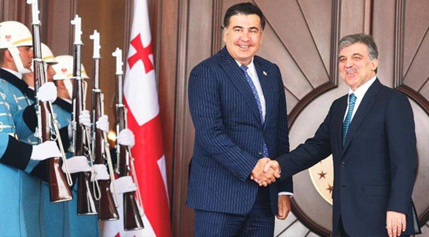 2013 yılına ait bu fotoğrafta Cumhurbaşkanı Abdullah Gül, Saakaşvili'yi, Çankaya Köşkü'nde törenle karşılamıştı.