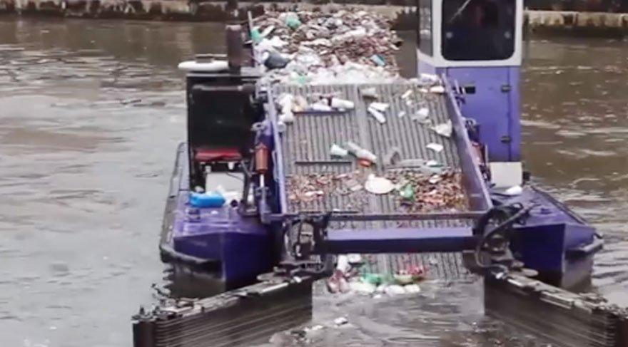 Hem yüzüyor hem temizliyor