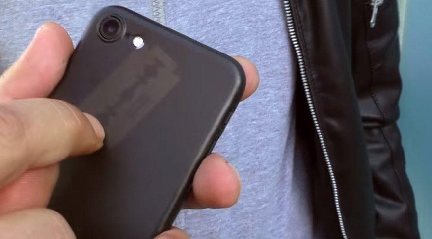 Telefonun içine jilet koyup test ettiler... Sonuç inanılmaz!