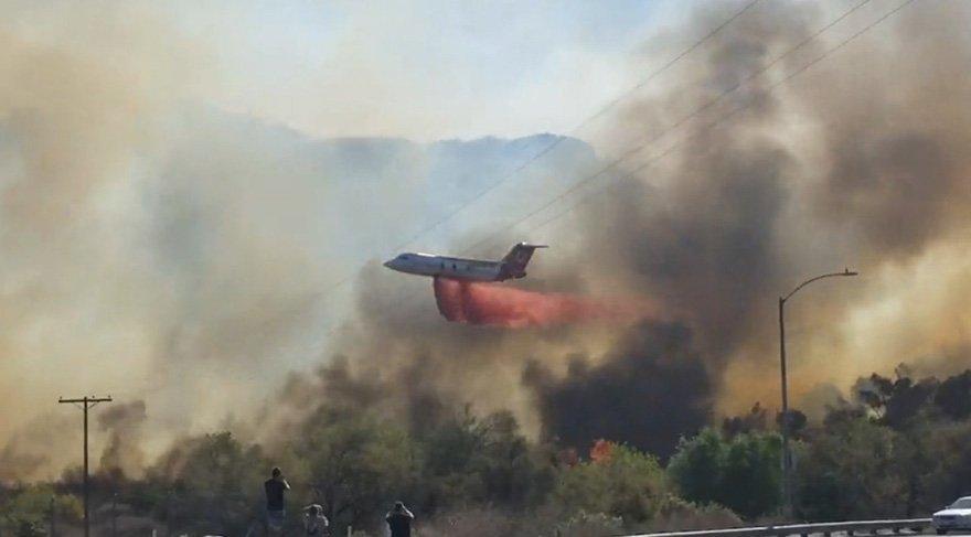 Yangın söndürme uçağı alevlere en yakın noktada