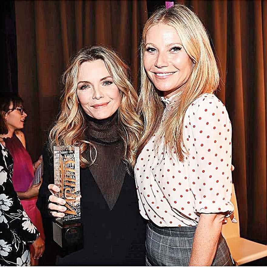 Michelle Pfeiffer ödül sevincini Gwyneth Paltrow ile paylaştı.