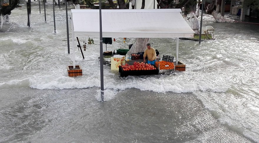 Manavgat Irmağı taştı, şelale çevresindeki tesisleri su bastı