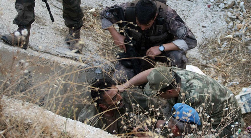 """KUZU, MARMARİS'TE BİR MENFEZDE YAKALANMIŞTI FETÖ'nün 'Çiğli İmamı"""" Zekeriya Kuzu, 15 Temmuz darbe girişiminin ardından timindeki askerle kaçmış ve 25 Temmuz 2106'da Marmaris'te bir menfezde yakalanmıştı."""