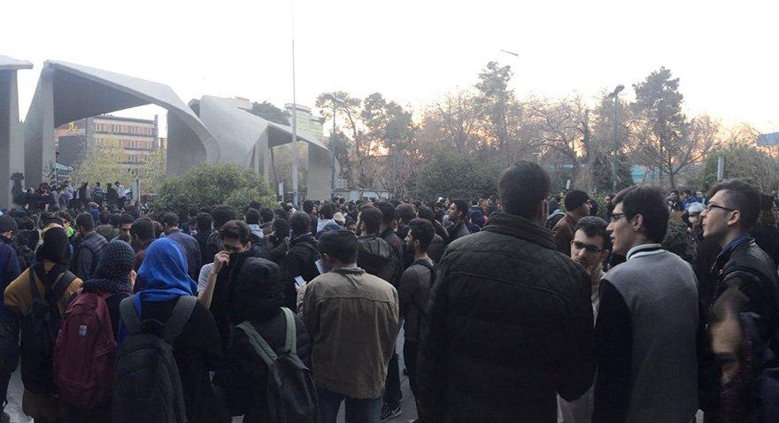 Tahran Üniversitesi önünde protesto gösterileri. Fotoğraf: Reuters