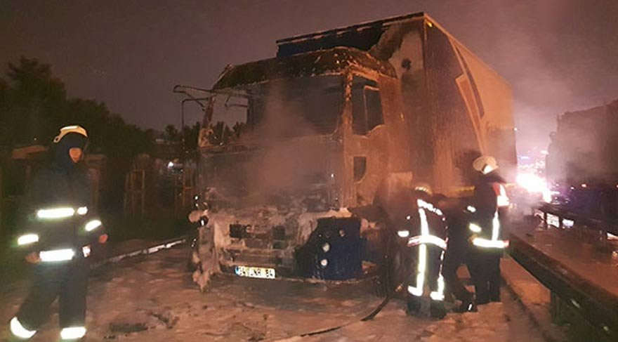 TEM Otoyolu'nda kamyon yangını!
