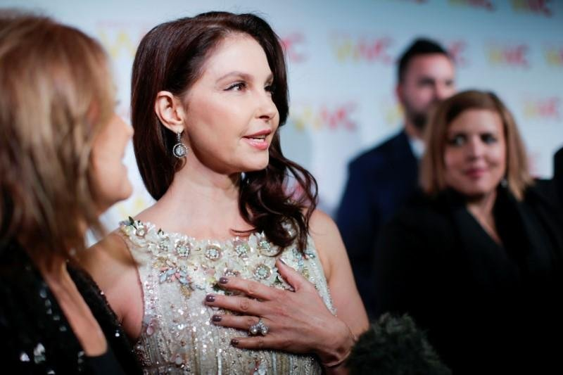 """Ashley Judd 1997 yapımı 'Kiss the Girls' filminin çekimleri sırasında Peninsula Beverly Hills hotel 'de Weinstein oyuncudan ısrarla kendisini duş alırken izlemesini ve ardından çıplak bedenine masaj yapmasını istediğini anlattı. Ashley Judd, """"Kadınlar aralarında Weinstein'in yaptıklarını uzun süredir konuşmaktaydı ve resmen herkesin gözü önündeydi."""" diye belirtti."""