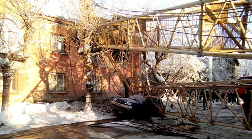 Rusya'da bir evin üzerine kule vinci düştü: 1 ölü 2 yaralı