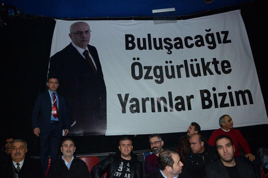 """FOTO:SÖZCÜ - Salona halen cezaevinde tutuklu bulunan CHP İstanbul Milletvekili Enis Berberoğlu'nun fotoğrafının yer aldığı ve üzerinde """"Buluşacağız özgürlükte, yarınlar bizim """" yazılı bir pankart da asıldı."""