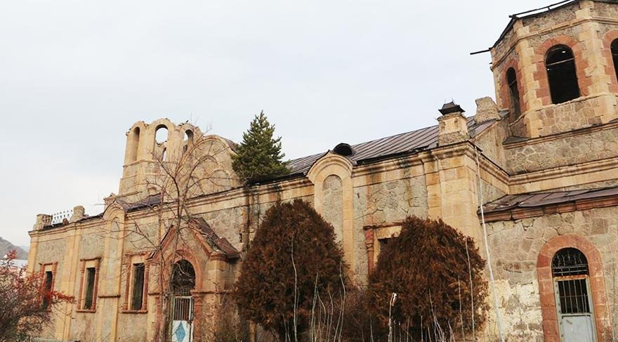 Kilisenin çatısında çam ağacı yetişti