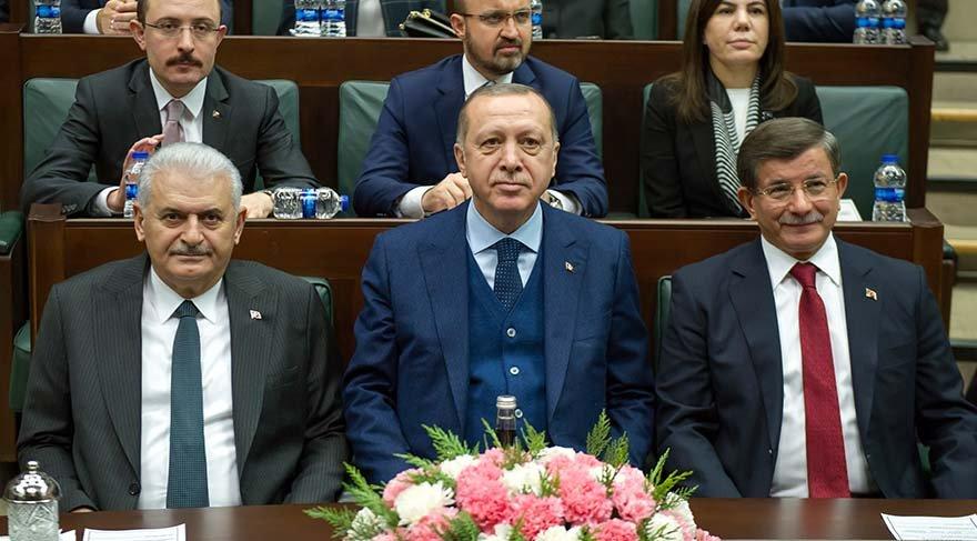Uzun süredir grup toplantılarına katılmayan eski başbakan Ahmet Davutoğlu, son grup toplantısında Cumhurbaşkanı Recep Tayyip Erdoğan'ın yanına oturmuştu. Foto/İHA