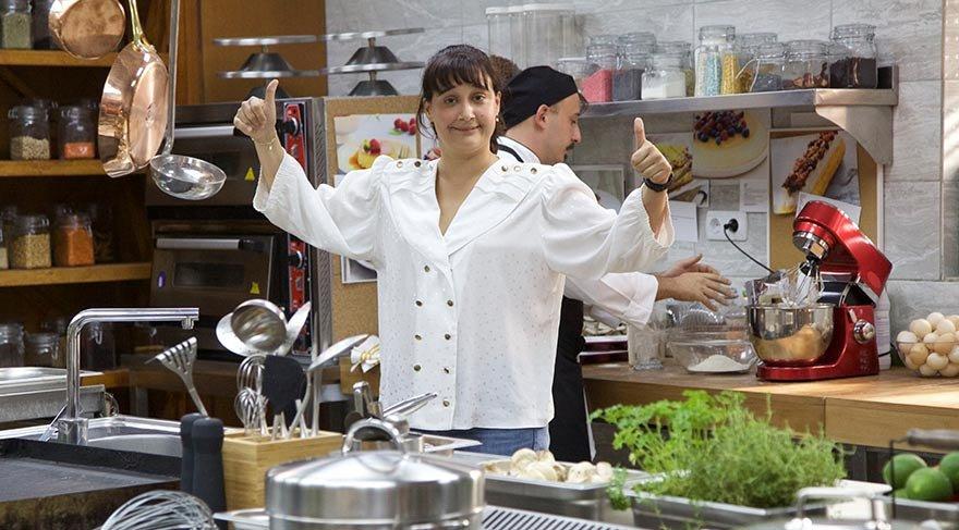 Hayallerinde aşçı olmak vardır. Gittiği birçok iş görüşmesinden hayal kırıklığı ile dönen Zeliha'nın şansı sonunda döner ve şık bir restoranda iş bulur. Artık Zeliha'da iş dünyasına adımını atmıştır.
