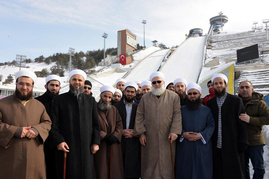"""FOTO:depophotos - İsmailağa Cemaati'nin üyeleri, geçtiğimiz yıl Türkiye'nin ilk kez ev sahipliği yaptığı, Erzurum'daki 13'üncü Avrupa Gençlik Olimpik Kış Festivali'ne (EYOF) katılan sporcu ve yöneticilere 3 dilde bastırılanı Kur'an-ı Kerim dağıtmışlar ve """"İslam'ı anlatmak istiyoruz"""" demişlerdi."""