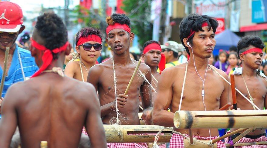 Filipinler Ati Atihan Festivali'ni kutladı