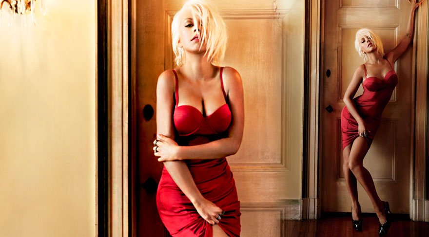 Christina Aguilera, derin dekoltesiyle dikkatleri üzerine topladı