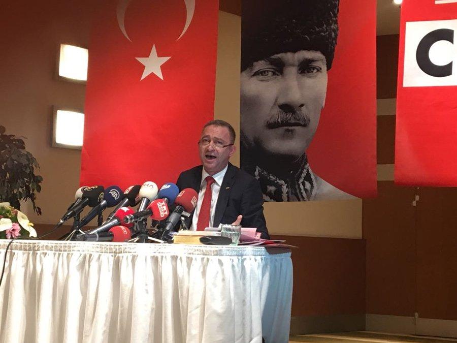 FOTO:SÖZCÜ/ Kocasakal, 'kalpaklı Atatürk' posteri önünde konuştu.