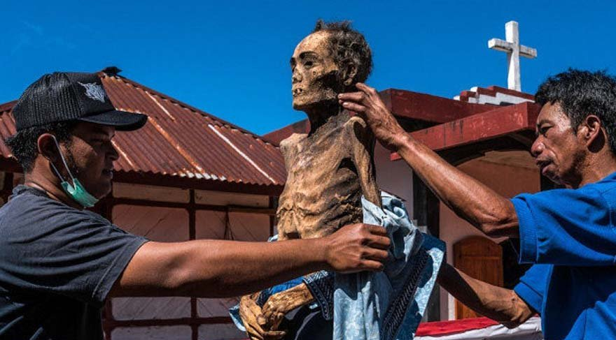 Dehşete düşüren gelenek.. Ölüleri mezardan çıkartıp, giydirip, gezidiriyorlar