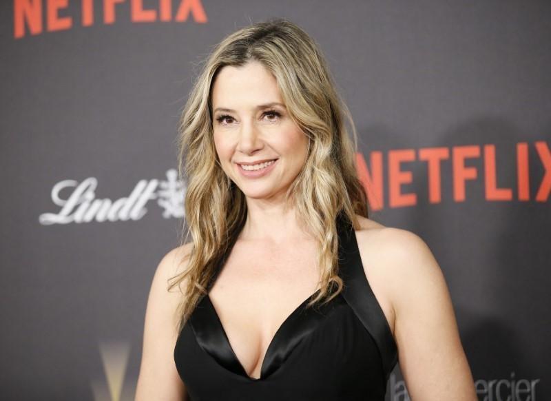 Mira Sorvino 'The Mighty Aphrodite yıldızı, Weinstein'ın 1995 Toronto Uluslararası Film Festivali'nde, otel odasında zorla masaj yapmaya çalıştığını anlattı. Daha sonraysa bir gece yarısı evine geldiğini ancak arayı yardım istediği bir erkek arkadaşının onu koruduğunu belirtti.