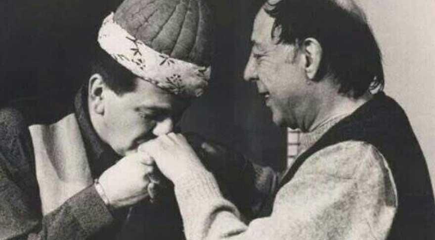 Münir Özkul, İsmail Dümbüllü'den aldığı 'Kavuk'u Ferhan Şensoy'a vermişti