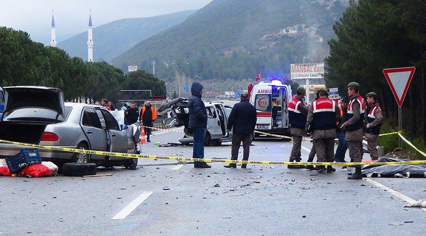 Muğla'da feci kaza! Otomobil hafif ticari araca çarptı! 3 ölü, 6 yaralı