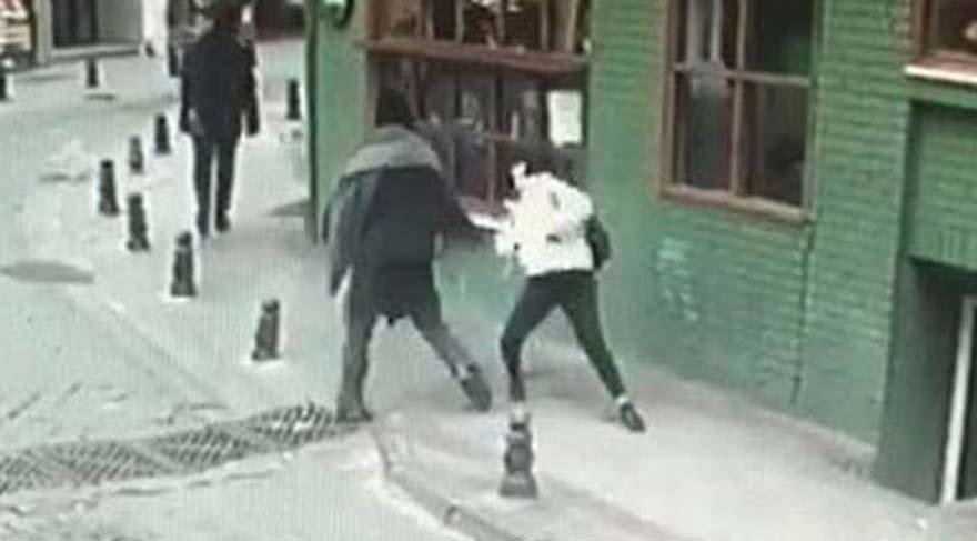 Kadıköy'de genç kıza sokak ortasında yumruklu saldırı