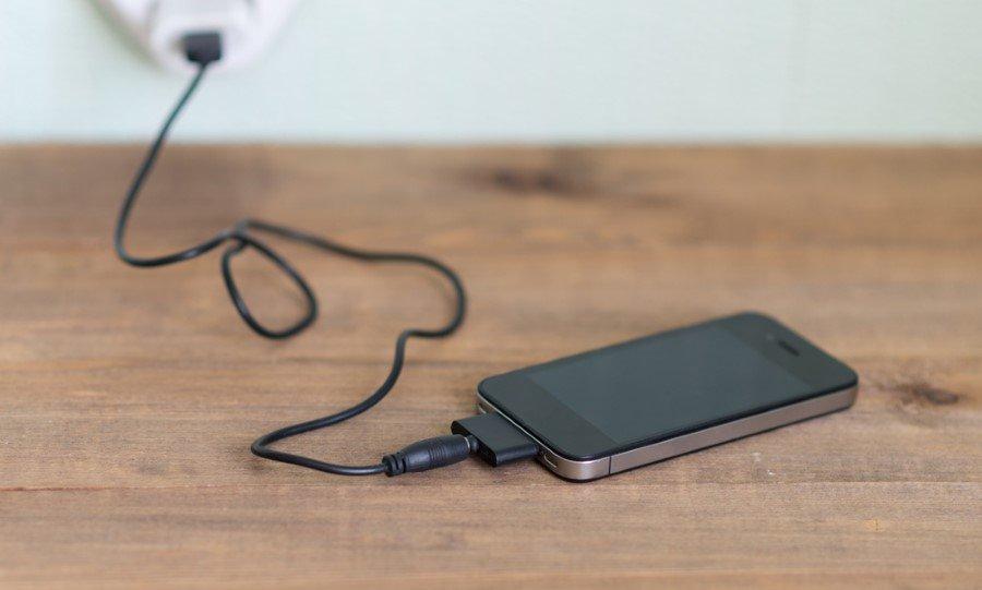 Geceleri telefonu şarja bırakmak, bir telefonun pil ömrünü önemli ölçüde azaltacaktır.