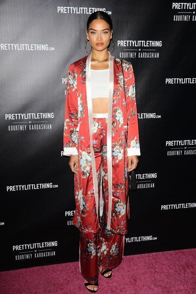 UZUN PARÇALAR (Kimono, bornoz, uzun ceket): 2017'nin son aylarında ortaya çıkan ve kadınlar tarafından çok fazla tercih edilen maksi parçalar 2018'de altın çağını yaşayacak. Kimono, bornoz ve uzun ceketler ise favoriler arasında.