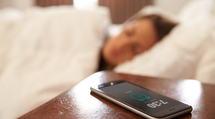 Bilim insanları cep telefonu ile uyumanın zararlarını araştırdı