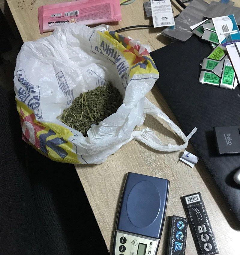 FOTO: Evde yapılan aramada satışa hazır uyuşturucu da ele geçirildi.