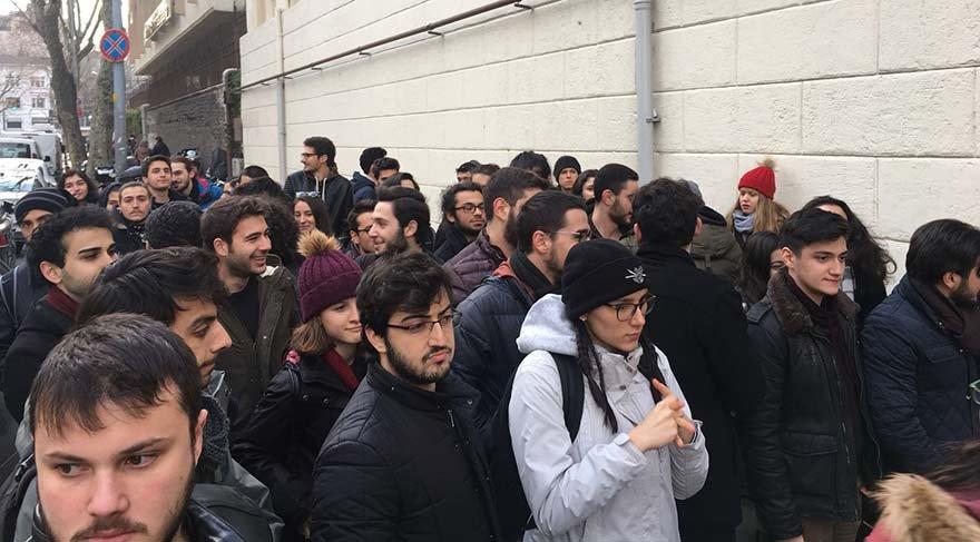 Cağaloğlu Anadolu Lisesi müdürünü mezunlar da protesto etti