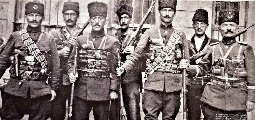 Kuvayı Milliye'nin İzmit'i kurtardığı gün çekilen bir fotoğraf.