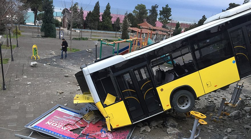 İhtiyaç molası için rampada bırakılan otobüs çocuk parkına uçtu