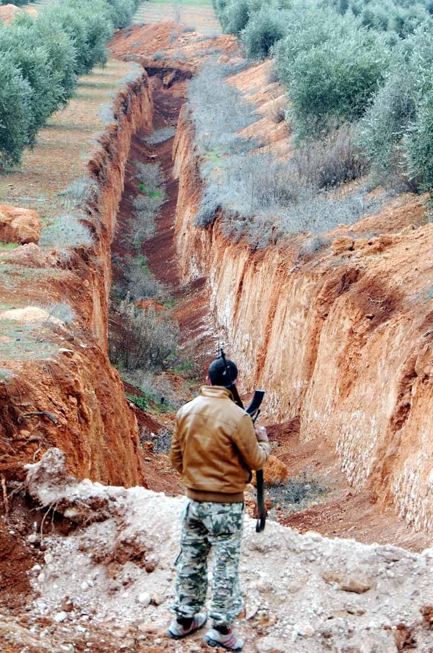 Kazdıkları hendek mezarları olacak Dikmetaş Köyü'nde teröristlerin 4 metre boyunda 5 kilometre uzunluğunda hendek kazdığı ortaya çıktı.