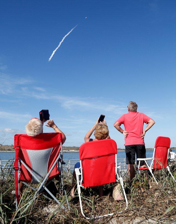 Vatandaşlar roketin fırlatılmasını böyle izledi. Fotoğraf: Reuters