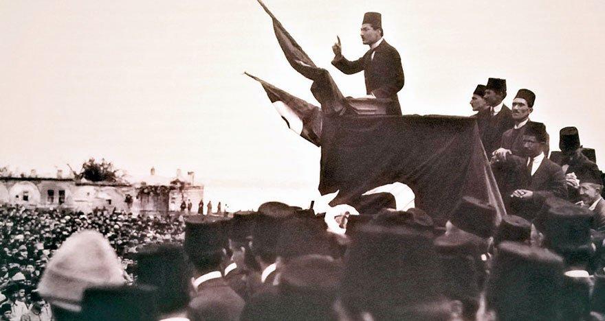 İsmail Hakkı Bey, Sultanahmet mitinginde konuşuyor.