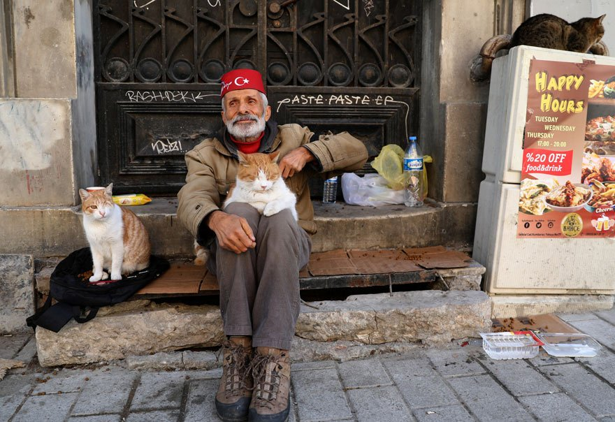 """İstiklal Caddesi'nin """"kedili amcası"""" ajansın dikkatini çekti"""