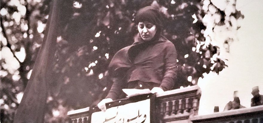 Halide Edip Hanım Sultanahmet mitinginde konuşuyor.
