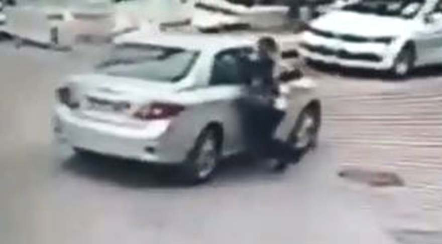 Otomobille takip ettiği kadını taciz edip yerde sürükledi