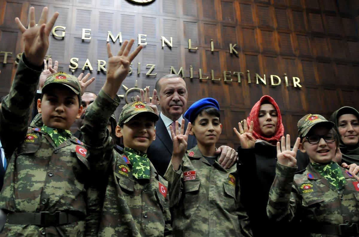 """FOTO: ZEKERİYA ALBAYRAK / SÖZCÜ - Grup toplantısına getirilen, askeri kıyafet giymiş yaşları 12 ile 15 arasında değişen çocukların da Erdoğan konuşurken """"İşte ordu işte komutan"""" diye slogan attıkları gözlendi."""