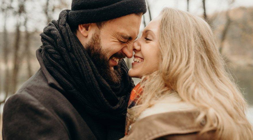Akrep: Bu dönemde Venüs size dolu dizgin, romantizmin doruklarını yaşatacak harika bir aşk getirmek üzere kolları sıvamış vaziyette! Hayattan çok daha fazla keyif alabilecek, hobilerinize daha fazla yöneleceksiniz. Birliktelikleri olanları ise romantik dakikalar geçirebilecekleri güzel bir hafta bekliyor.
