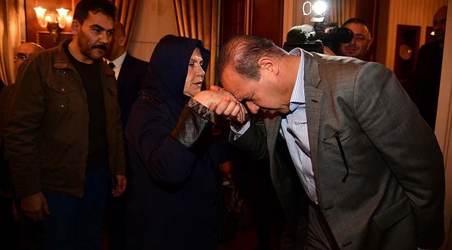 Başkan onun yerine şehit annesinin elini öptü, özür diledi