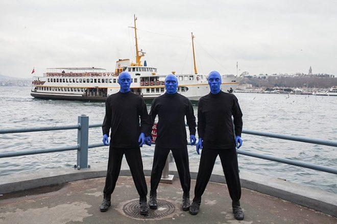 İsmini, ekibin bizzat yaratıp bir kimlik haline getirdiği mavi karakterden alan müzik, eğlence, sanat ve komedi öğelerini taşıyan sahne şovuyla dünyaca ünlü bir fenomene dönüşen Blue Man Group'un üyeleri, suratları maviye boyanmış şekilde dün Eminönü ve Karaköy'ü gezdi.