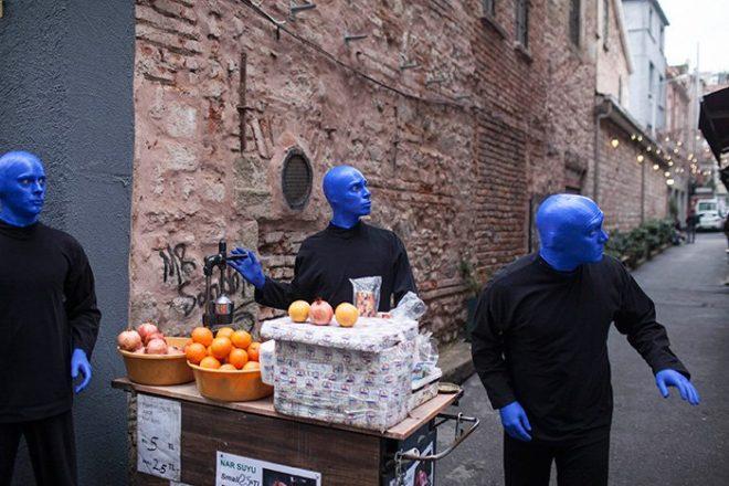 Blue Man Group, 1991'den bu yana 20'den fazla ülkede, senede 3 bin 600 kez sahnelendi ve 35 milyondan fazla kişi tarafından izlendi.