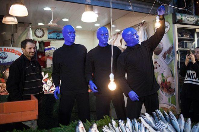 Film ve televizyon programlarına da müzikleriyle katkıda bulunan Blue Man Group, sonuncusu 'Three' olmak üzere kendi adlarıyla yayınladıkları albümlerle de büyük beğeni topladı.