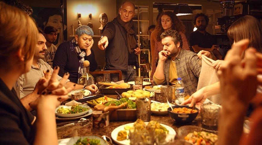 Herkes sofranın başında oturmuş sohbet etmekte, şen kahkahalar eşliğinde yemek yemektedir.