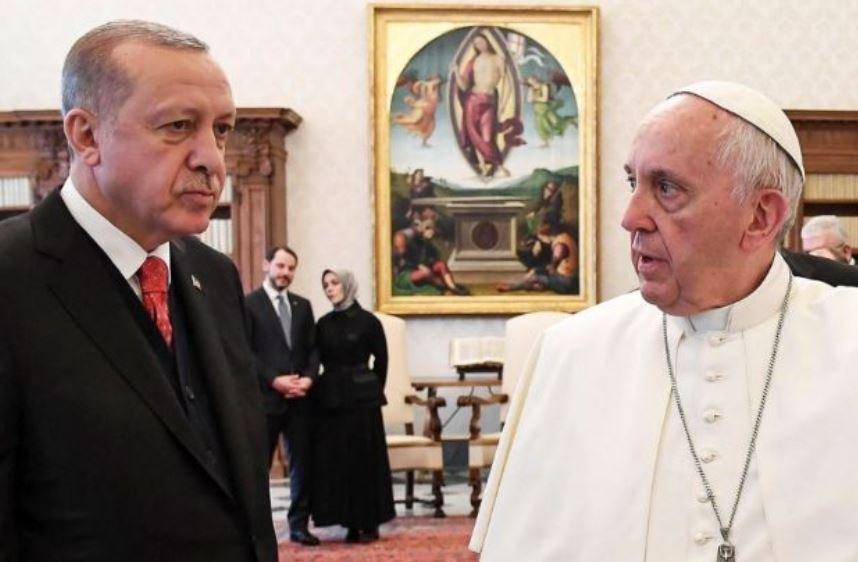 Cumhurbaşkanı Erdoğan konuşurken damadı ve Enerji Bakanı Berat Albayrak ile kızı Esra Erdoğan ikiliyi hayranlıkla izledi.