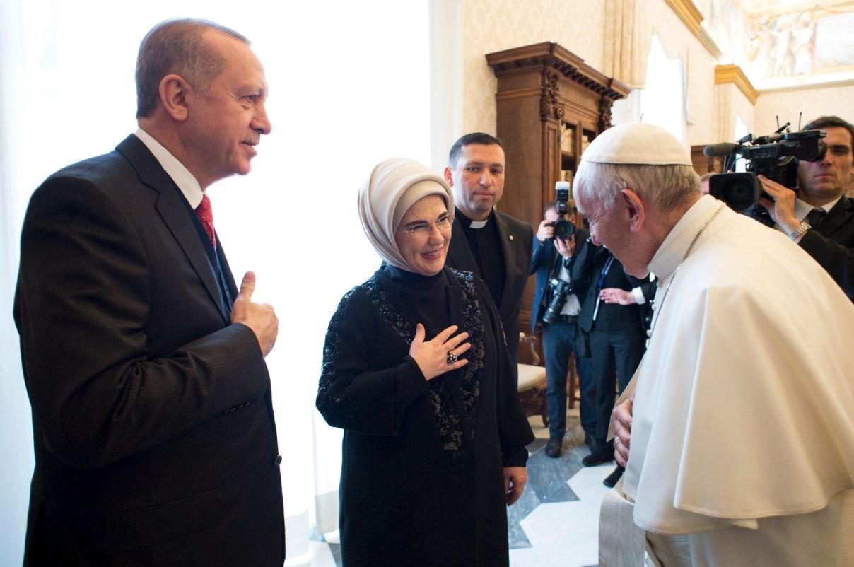 Toplantının sonunda Papa Francesco, Cumhurbaşkanı Erdoğan ve Emine Erdoğan böyle selamlaştı.
