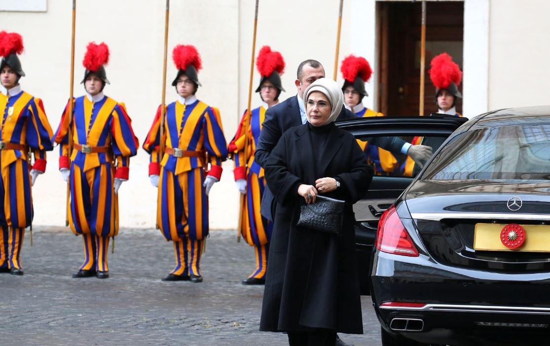 Emine Erdoğan'ın katıldığı görüşmede Vatikan muhafızları hazır bekledi.
