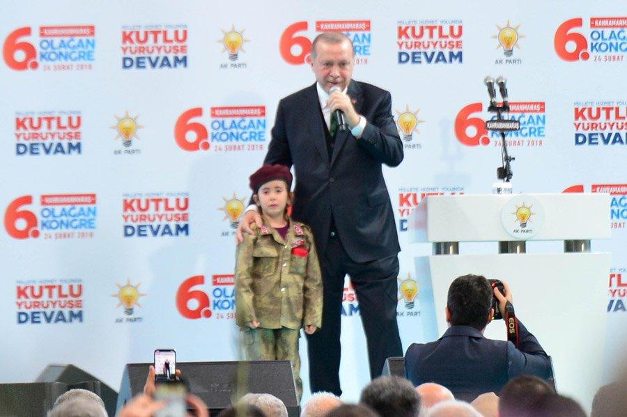 FOTO:DHA - Erdoğan'dan bordo bereli kıyafeti giyen küçük kıza: Türk bayrağı da cebinde. Şehit olursa bayrağı da inşallah örtecekler. Her şeye hazır, değil mi?